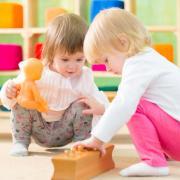 enfants jouants en EAJE