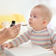 assistante maternelle administrant des médicaments