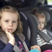 Enfants transportés par une assistante maternelle