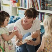 enfant et assistante maternelle