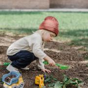 Trop chercher à aider les enfants  freine leur développement