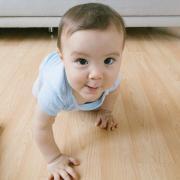 Les bébés qui rampent ont une meilleure perception des risques