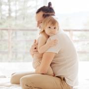 câlins bébé assistante maternelle