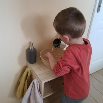 Se laver les mains en toute autonomie grâce à un meuble fait maison d'inspiration Montessori