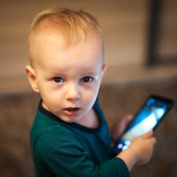 La lumière bleue bientôt interdite  dans les jouets pour les moins de dix ans