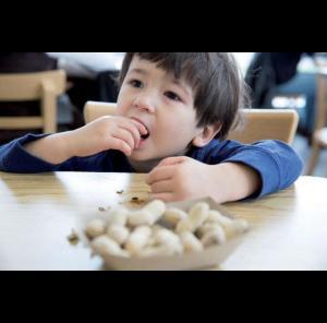 Attention aux petits aliments et objets mis à la bouche.